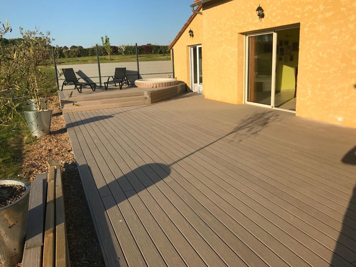 Réalisation d'une terrasse en composite, avec intégration d'un spa.