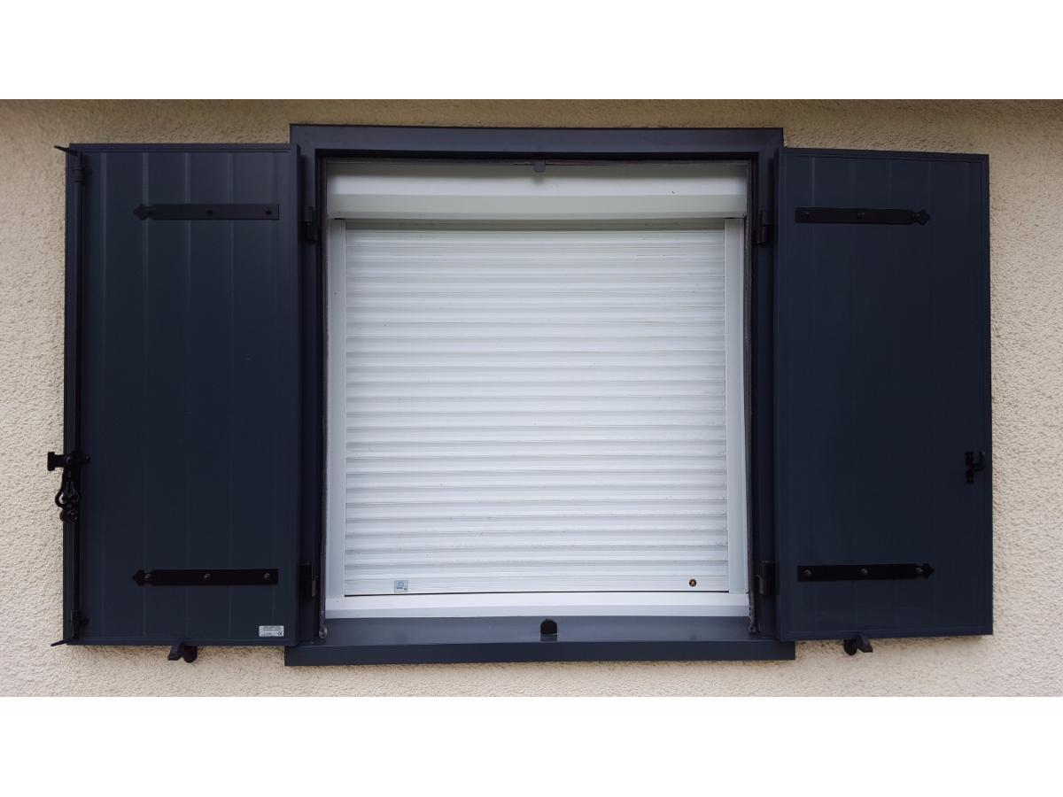 Intégration de volets roulants et battants sur une même fenêtre.