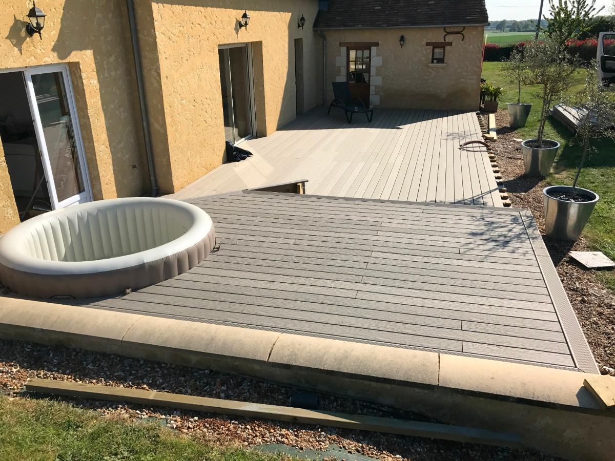 Pose d'une terrasse composite, en cours de réalisation